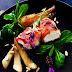 Lauwarmer Ziegenfrischkäse im Speckmantel auf lavendel karamellisierter Birne und Feldsalat