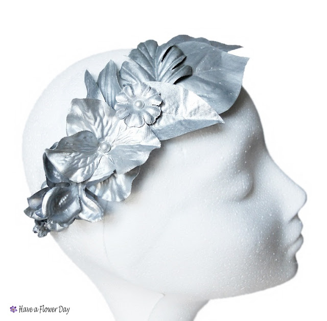 Corona plateada con hojas y flores · Silver crown with leaves and flowers