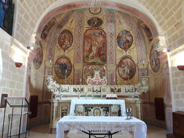 Altare in stile barocco davanti alla parete affrescata
