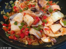 calamares-con-cebolla-pimientos-verdes-y-rojos