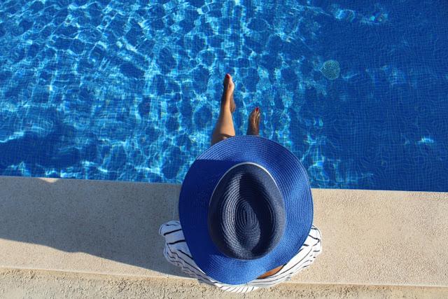 sombrero y piscina