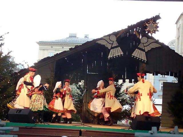 Pokaz tańców regionalnych na scenie przy Ratuszu