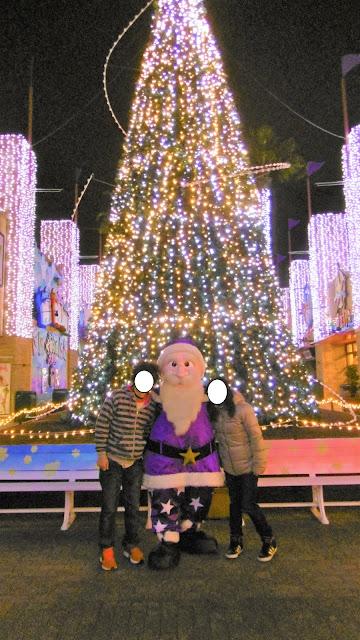 ひらパー 光の遊園地 サンタ服を着たノームのウイザードとクリスマスツリーをバックに