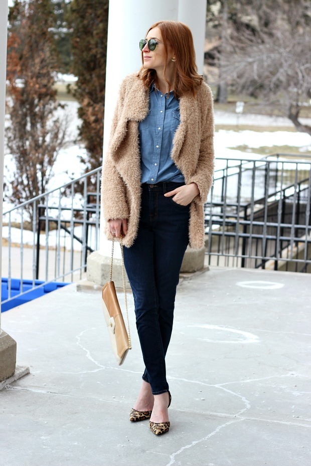 Denim on denim, faux fur, 70s vive, leopard d'Orsay pumps