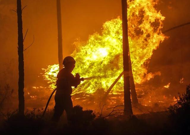Bomberos lucharon 24 horas contra el fuego; quedaron tan cansados que terminaron en el suelo