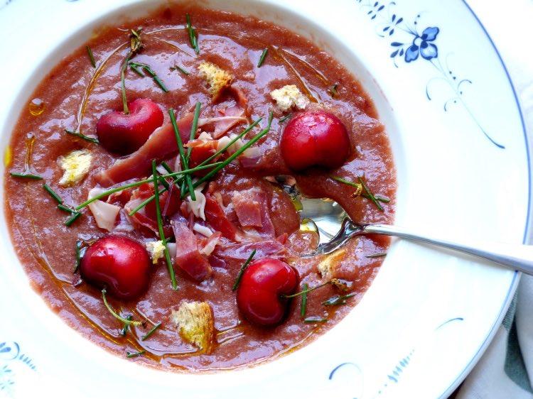 Gazpacho de cerezas en plato hondo de Villeroy&Boch. Receta saludable