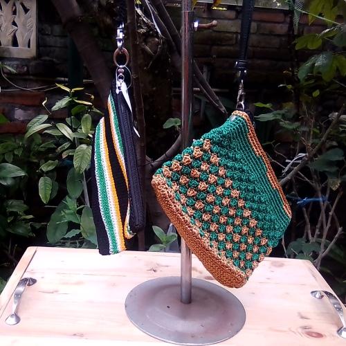Dompet Rajut Warna Hijau Kombinasi Dengan Tali Kulit