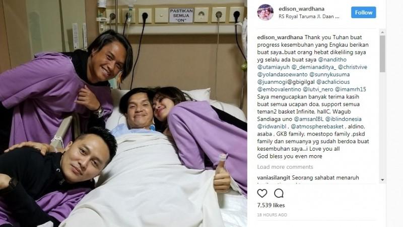 Edison Wardhana tersenyum di rumah sakit