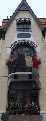 Drapeau en façade hommage aux victimes du 13 novembre 2015