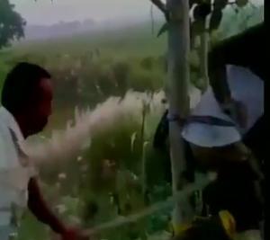 மது பாட்டில் கொண்டு சென்றவரை மரத்தில் கட்டி வைத்து அடி உதை
