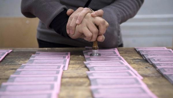 Italianos deciden si reforman Constitución y apoyan al Gobierno