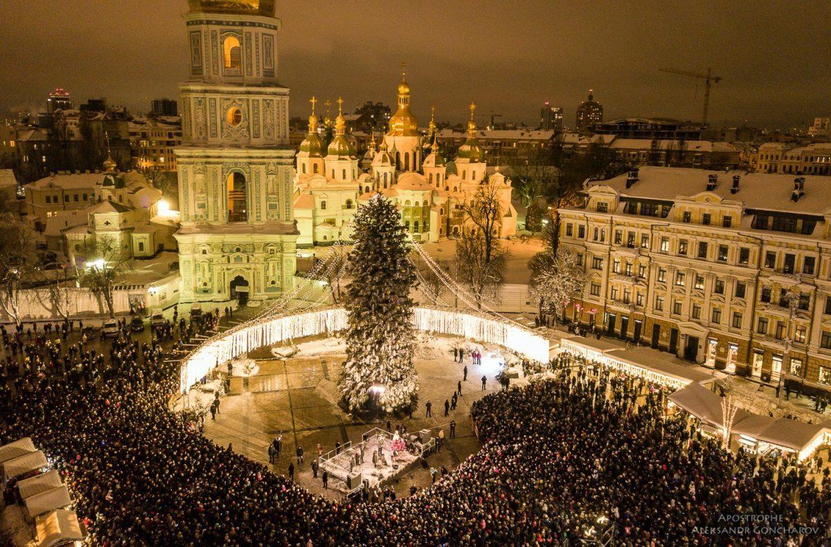 19 грудня, на Софійській площі в Києві запалила свої вогні головна новорічна ялинка України