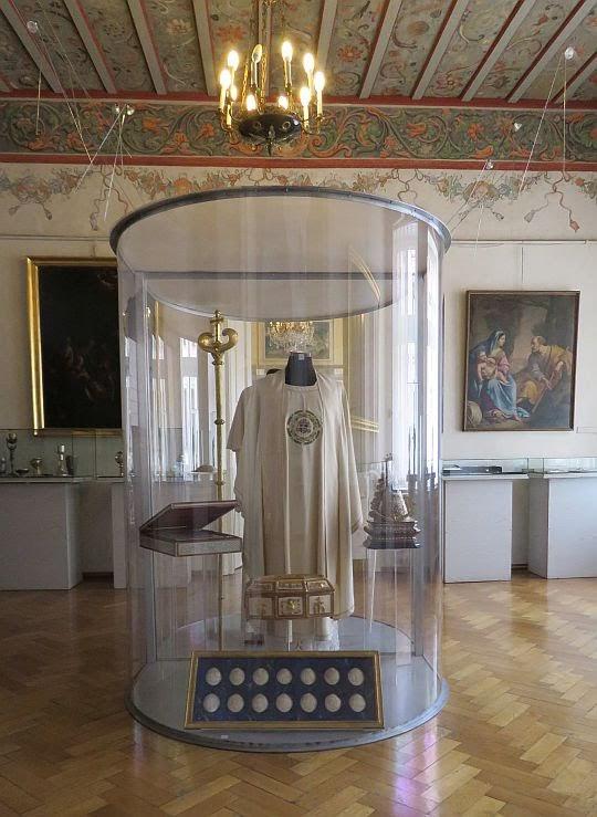 """Ekspozycja """"Dary Papieskie"""" - sutanny papieskie Jana Pawła II."""