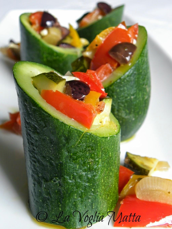 tronchetti di zucchine ripieni di verdure , feta ed olive nere