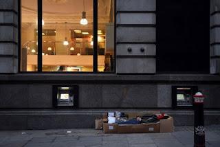 Άστεγος έξω από τράπεζα στο Λονδίνο