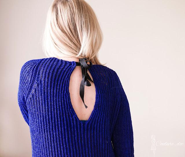 Granatowy sweter wiązany na plecach