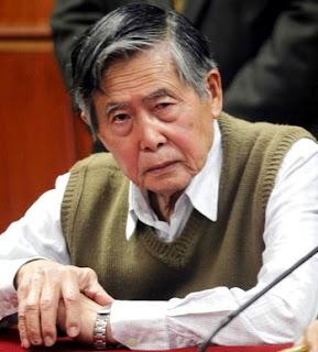 Foto de Alberto Fujimori sentado sin lentes y más acabado
