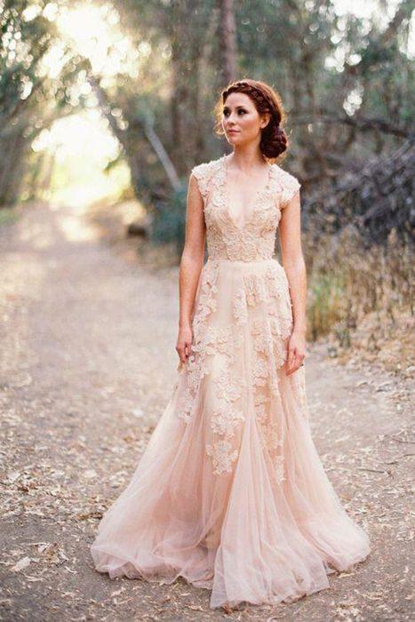 Sencillo vestido de novia de color
