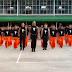 Los Prisioneros Van Hacia La Cámara. Ahora Mira Quienes aparecen detrás de ellos