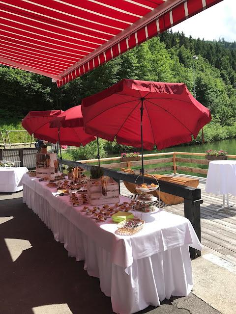 Fingerfood-Buffet, Hochzeit in Apfelgrün und Weiß im Riessersee Hotel Garmisch-Partenkirchen, Hochzeitshotel in Bayern, heiraten in den Bergen am See