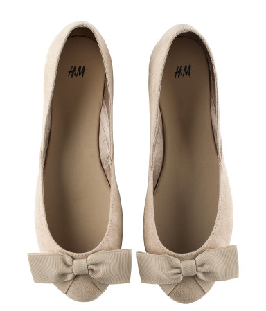 c0b68b8fa65c2 I recently purchased some nude bow ballet pumps from H&M, the colour goes  with everything and unbelievably comfy. I've worn these pretty ballerina  shoes to ...