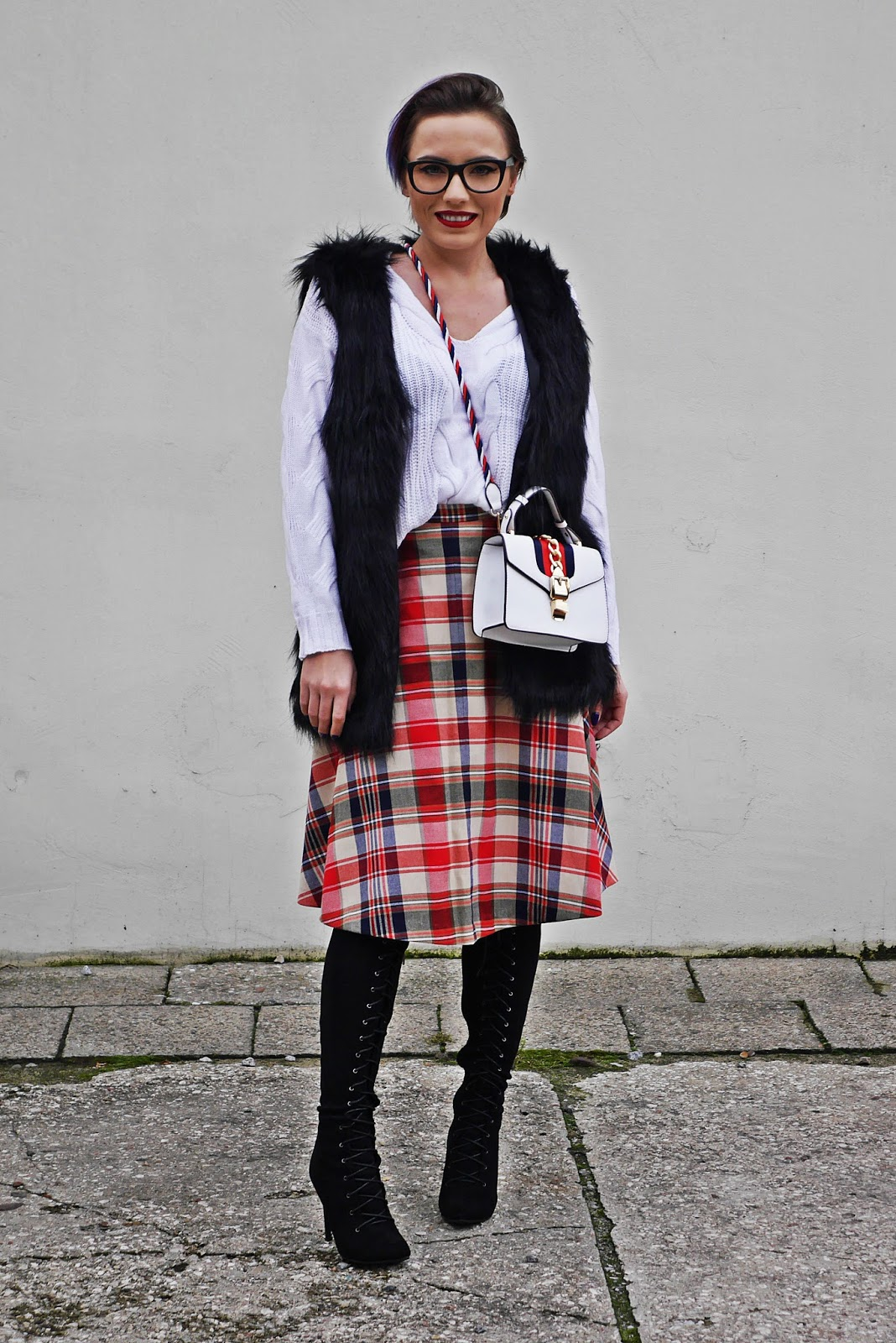 5_plaid_skirt_fur_waist_white_sweater_high_kenee_shoes_karyn_blog_modowy_151117