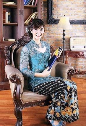 contoh Model Kebaya Batik kombinasi