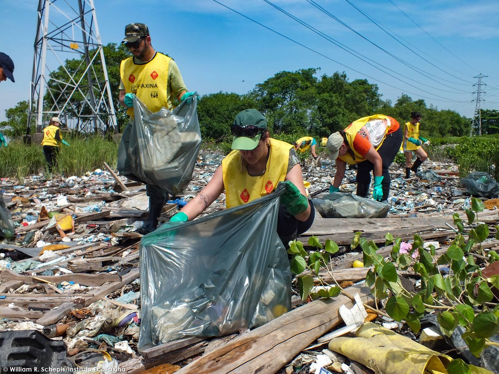 Voluntários do Greenpeace de São Paulo participam regularmente das ações, contribuindo na divulgação de informações sobre a problemática e a causa defendida.