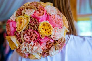 букет невесты с гвоздиками, букет невесты с пионовидными розами
