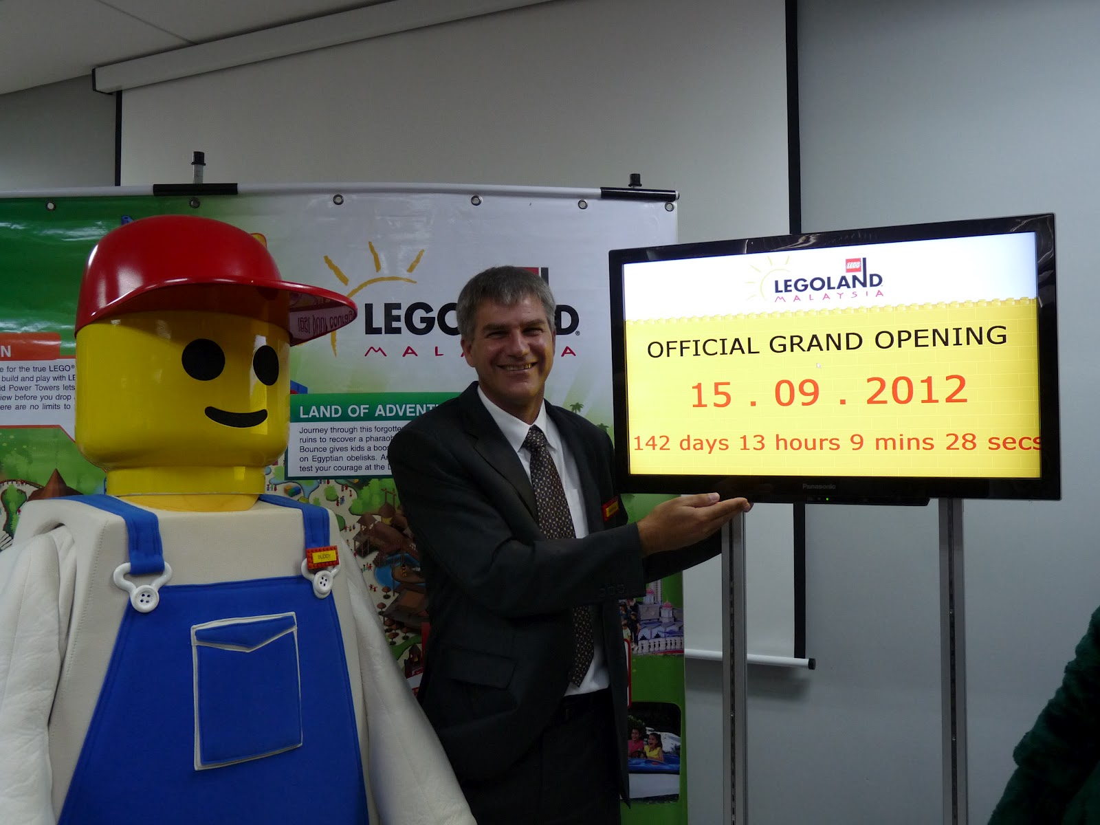 DAYS & HOURS OF OPERATION - Legoland