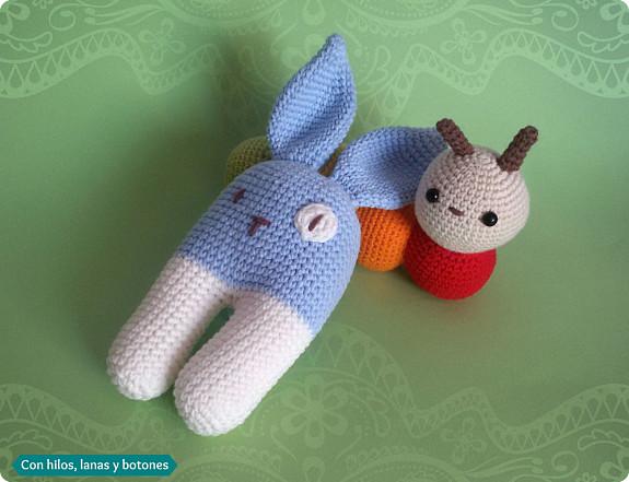 Con hilos, lanas y botones: Conejo bípedo azul