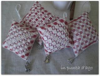 http://silviainpuntadago.blogspot.com/2010/12/anche-questi-sono-piaciuti-e-me-ne.html