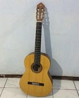 Kado Gitar untuk Perpisahan