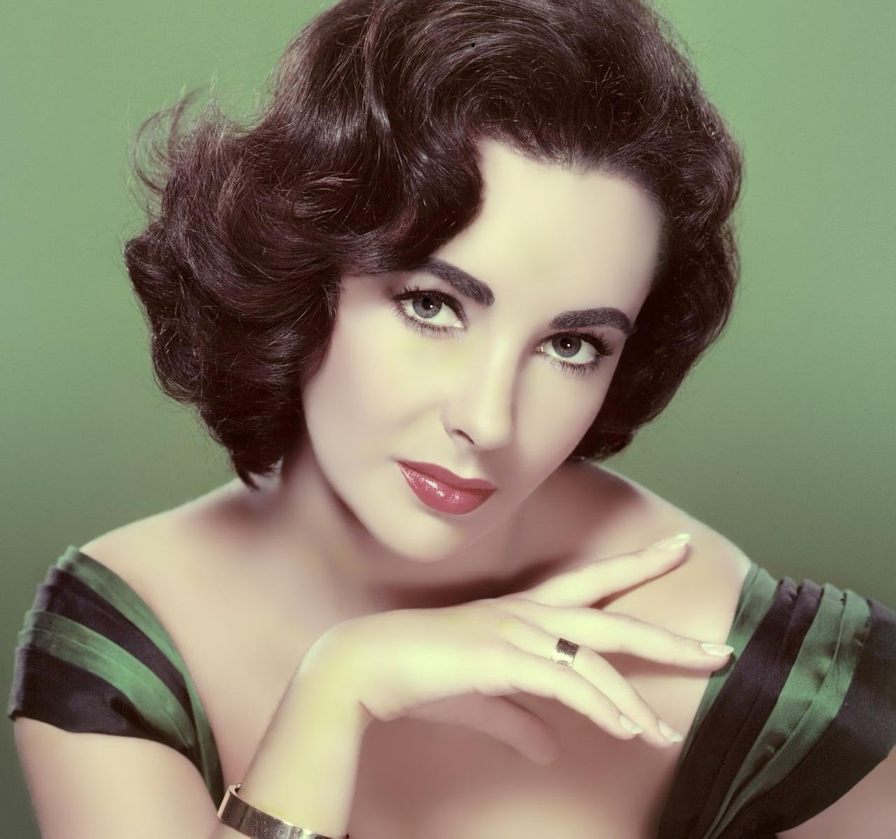 Elizabeth Taylor - An Icon of Beauty and Fashion