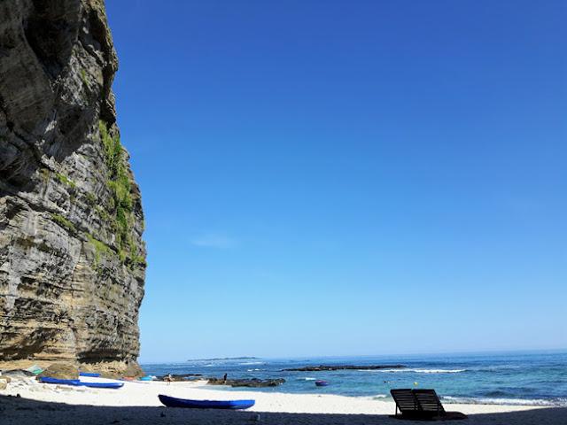 Do sự bào mòn của biển và gió hình thành qua hàng ngàn năm đã hình thành một phần hang lớn ở cạnh biển, ở trong đây rất râm và mát lạnh tạo cảm giác khoan khoái dễ chịu.