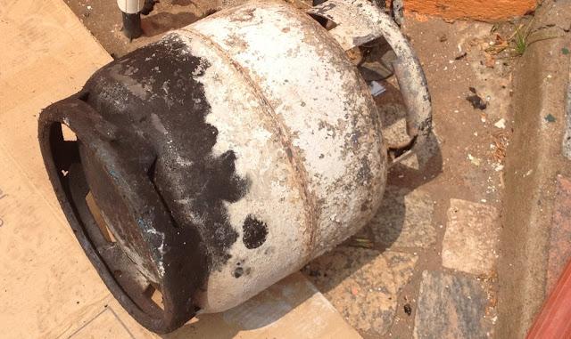 Vazamento de gás causa explosão em casa e deixa duas pessoas com queimaduras