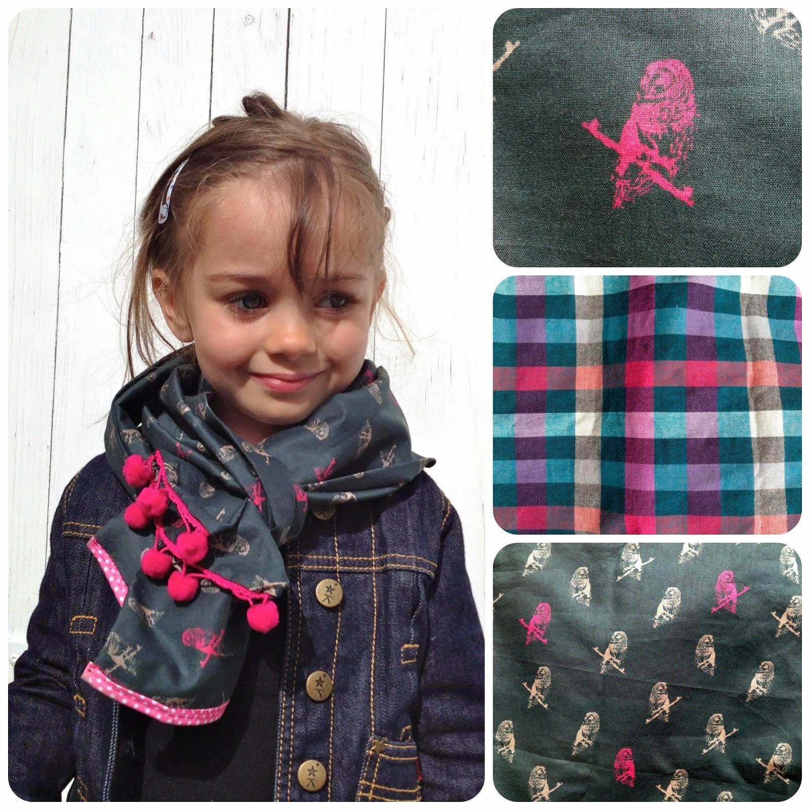 Le petit foulard est plus léger car non doublé, avec un côté bordé de  pompons, et l autre d un biais rose à pois blancs. a9e4b7183d6