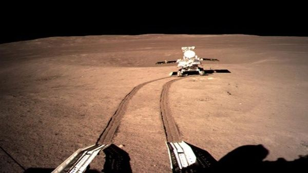 ¡El vehículo chino Yutu 2 recorre el lado oscuro de la Luna!