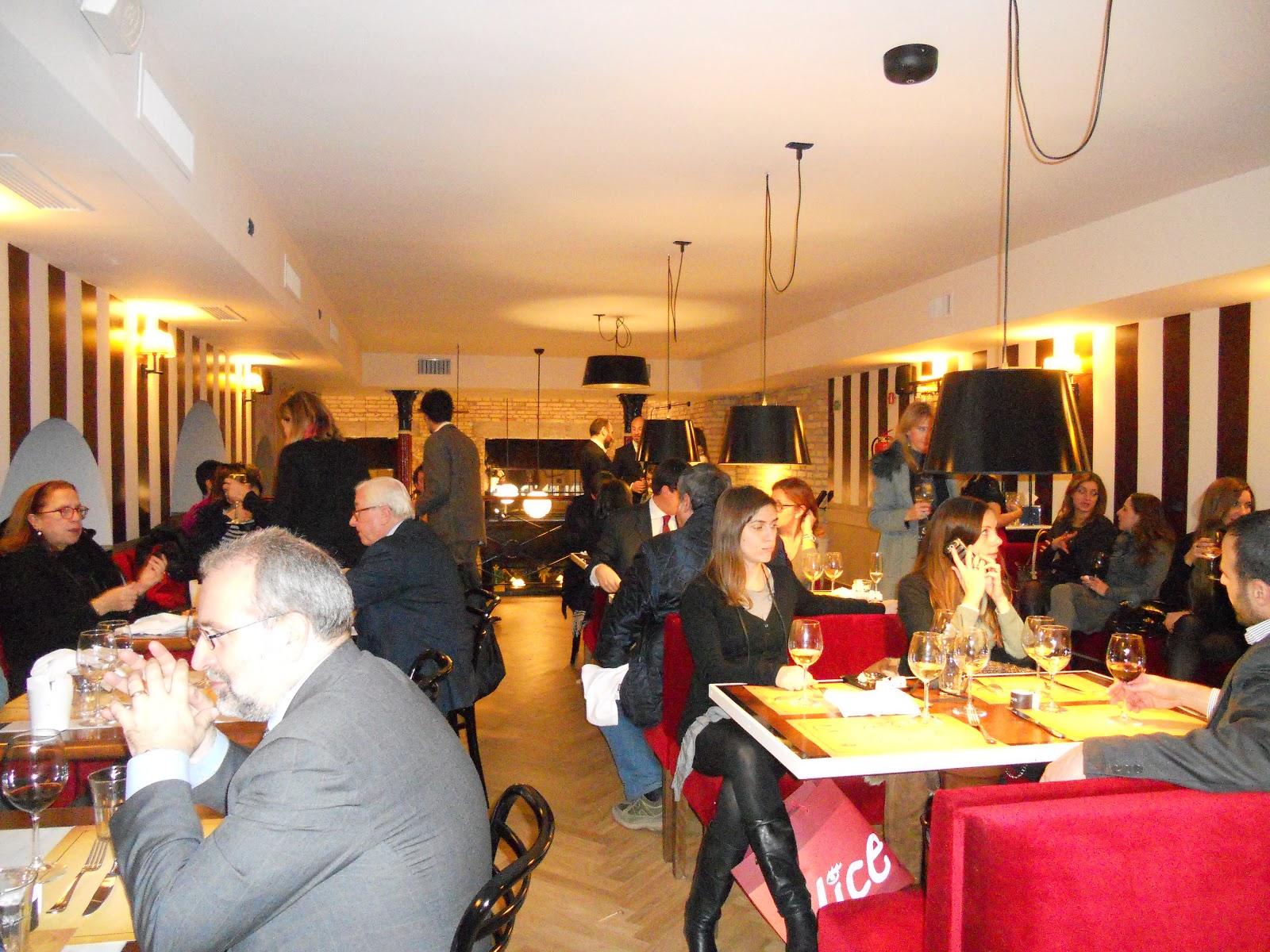 52be5bd86d58 Tutto rileggendo in veste moderna i grandi caffè parigini piuttosto che i  club inglesi. Attraverso queste suggestioni della memoria