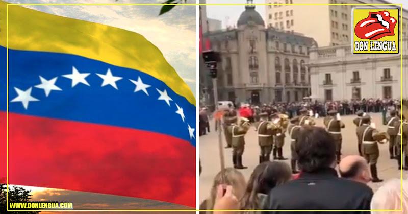 Carabineros de Chile cambian de guardia interpretando el Alma Llanera