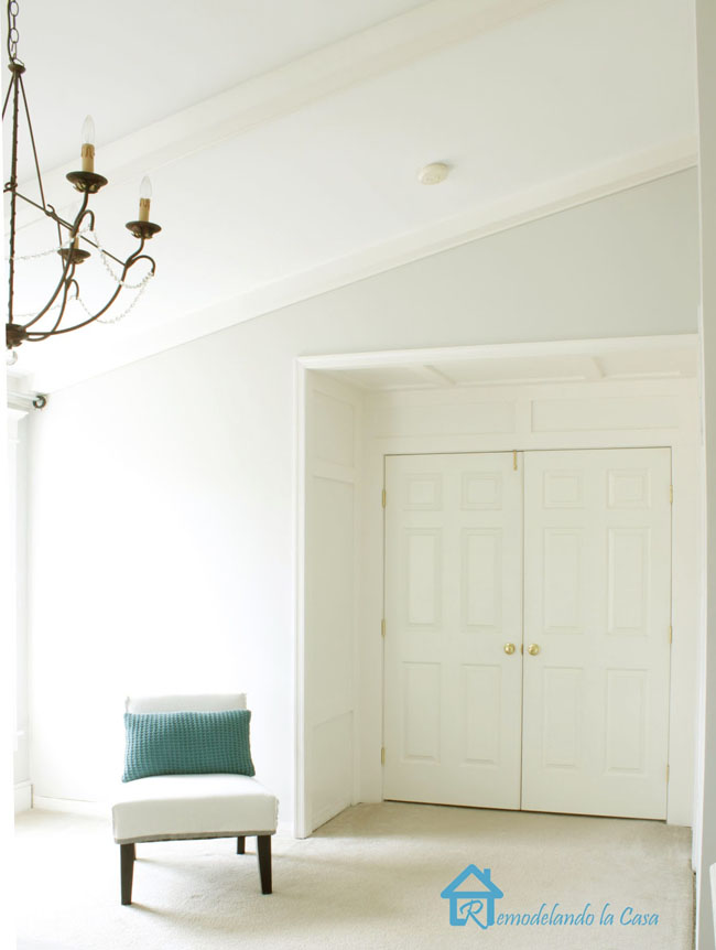 door niche - white bedroom