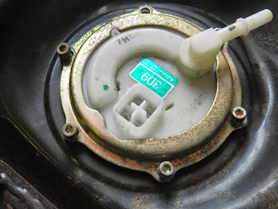 Removing and replacing Motorcycle fuel pump