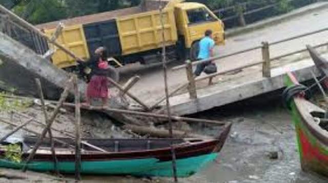 Warga menyaksikan jembatan yang ambruk.