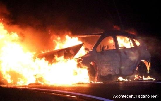 Carro envuelto en llamas