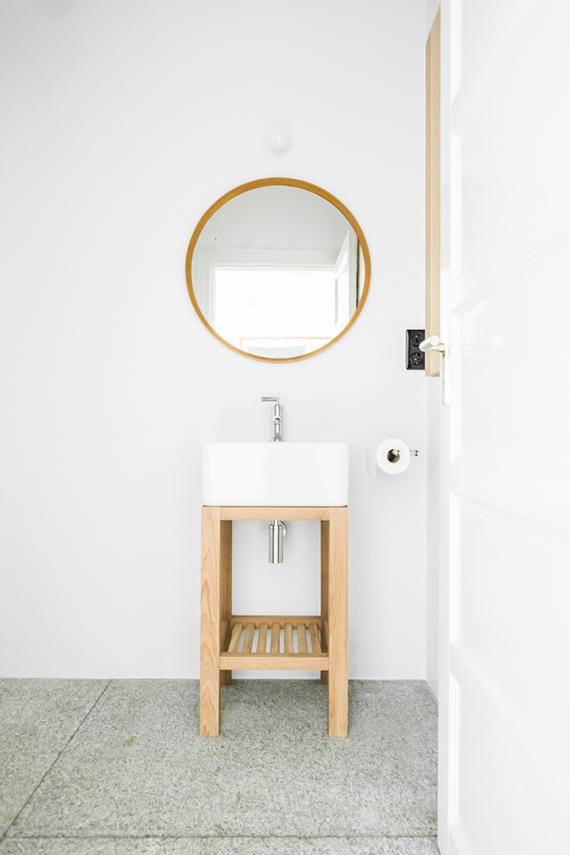 Minimalistic bathroom via Loft Kolasiński