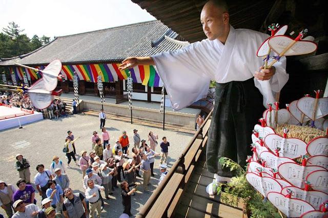 Uchiwamaki (Fan Throwing Festival) at the Toshodaiji Temple in Nara