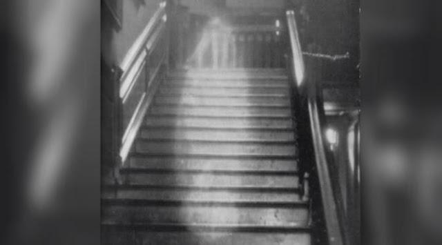 penampakan jelas hantu yang sedang berjalan di tangga
