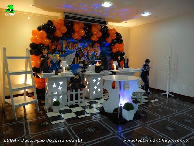 Decoração em mesa provençal tema Harry Potter para aniversário de meninos e meninas realizado na Barra.