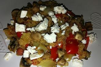 Salata vegetariana de quinoa cu fasole rosie, linte si branza feta