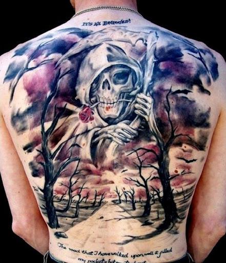 Uma colorida Grim Reaper tatuagem. Um surpreendente contraste com o habitual escuro reaper é o branco reaper abraçar as nuvens e o céu e assistir mais de uma oprimidos caminho com árvores mortas.
